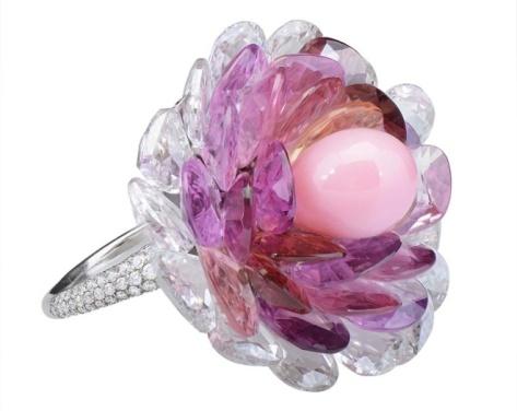 Jedyny w swoim rodzaju pierścień Morelle Davidson z rzadką perłą różową otoczoną różowymi i fioletowymi szafirami i diamentami. Źródło: Morelle Davidson