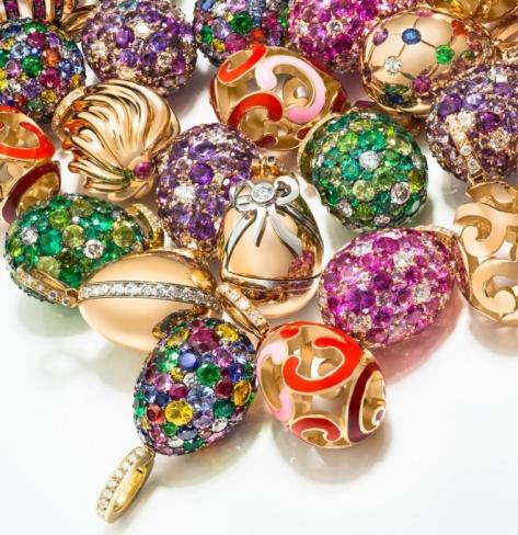 Najnowsze jaja Fabergé z kolorowymi kamieniami szlachetnymi. Są tu: niebieskie i żółte szafiry, diamenty, ametysty, tsaworyty, turmaliny i rubiny. Źródło: The Jewellery Editor